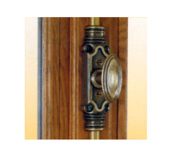 fenetre bois cremone decorative en vieux laiton patine